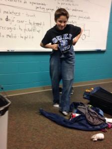Comenzó a ponerse la ropa que cayó de la maleta.